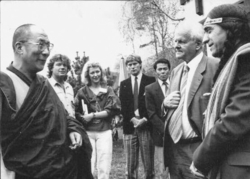 Muni Brahmananda (2. v. l.) 1986 bei einem philosophischen Kongress am Eibsee mit dem Dalai Lama, Carl-Friedrich von Weizsäcker, Tai Chi Chuan, Lime Deer und einer Dolmetscherin